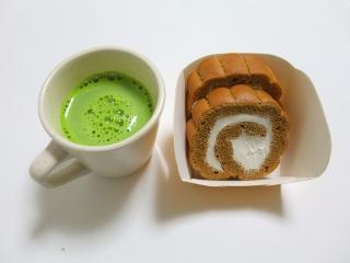 手巻きのロールケーキ・夏ティラミスと抹茶ラテ