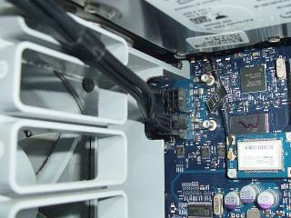 Mac側から補助電源ケーブルを取付けます。